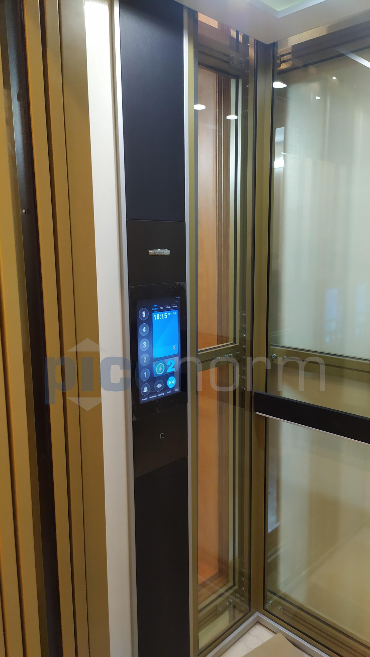 Bảng điều khiển cảm ứng của thang máy
